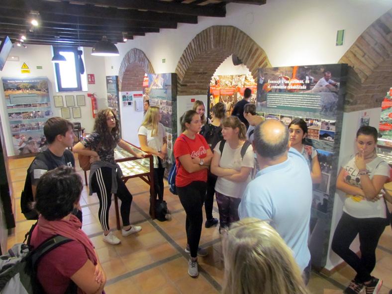 Los estudiantes alemanes, en la sala de exposición permanente de la Casa de la Memoria.