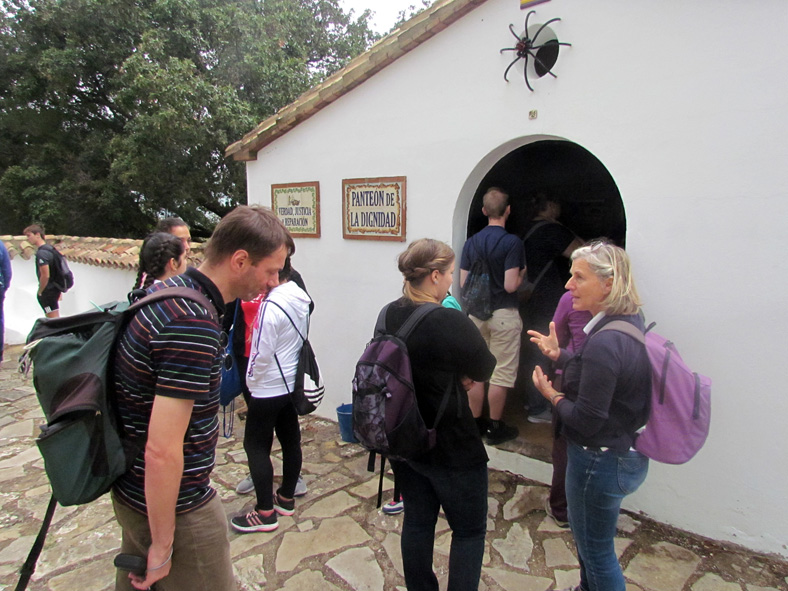 La expedición del instituto alemán, en el pabellón de la dignidad del cementerio rehabilitado de la Sauceda.