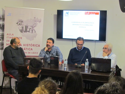 El historiador José Manuel Algarbani, con el alcalde, Pascual Collado; el técnico de Diputación Santiago Moreno y el representante del Foro, Juan Moriche.