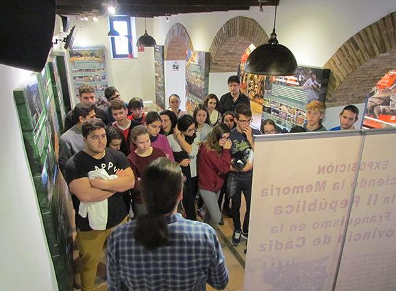 El historiador Santiago Moreno explica a los alumnos contenidos de la exposición.