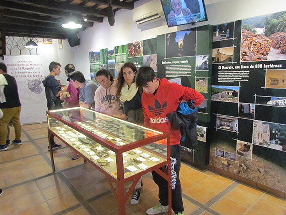 Visita de los alumnos a la exposición en la Casa de la Memoria.