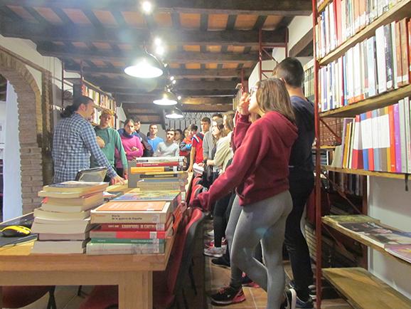 Los alumnos atienden la explicación de Santiago Moreno en la biblioteca de la Casa de la Memoria.