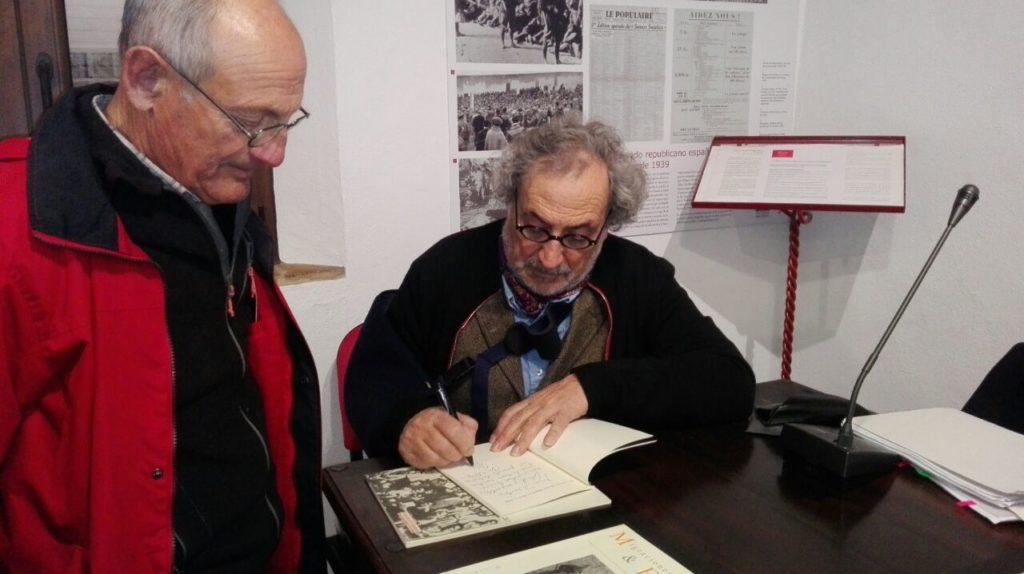 José Chamizo, durante la firma de ejemplares de su libro.