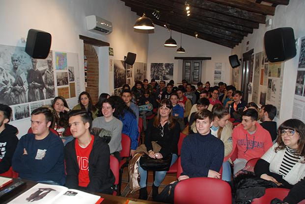 Los estudiantes, en el salón de actos de la Casa de la Memoria.