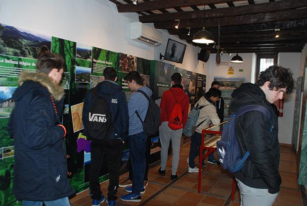 Los visitantes, en la exposición permanente de la Casa de la Memoria.