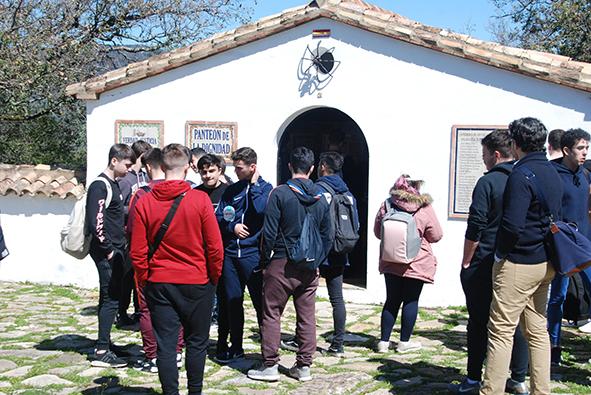 Los participantes en la visita guiada, ente el panteón de la dignidad del cementerio rehabilitado de la Sauceda.
