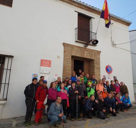 Miembros del Club Senderismo Tres Caminos de Ubrique, a las puertas de la Casa de la Memoria.