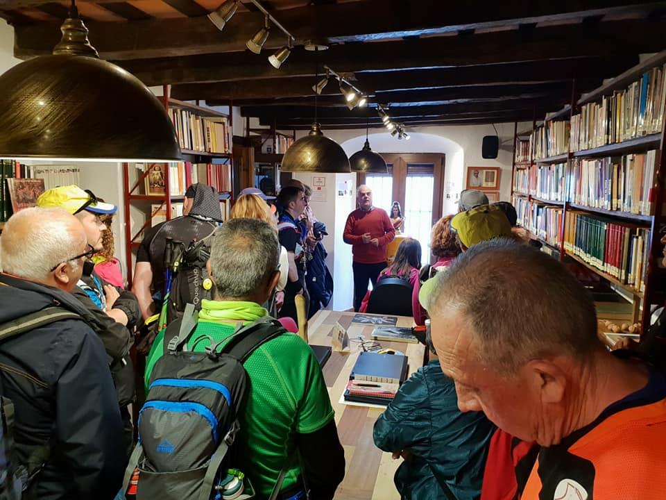 Los senderistas de Ubrique atienden las explicaciones del historiador Fernando Sígler en la biblioteca de la Casa de la Memoria.