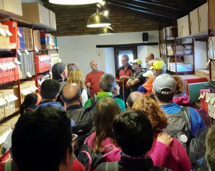 Los senderistas de Ubrique atienden las explicaciones del historiador Fernando Sígler en el archivo de la Casa de la Memoria.