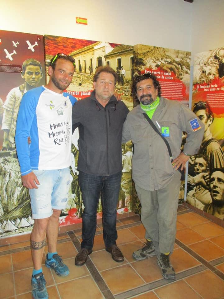 Representantes de la Asociación Amigos de las Rutitas, con Andrés Rebolledo, en la Casa de la Memoria.