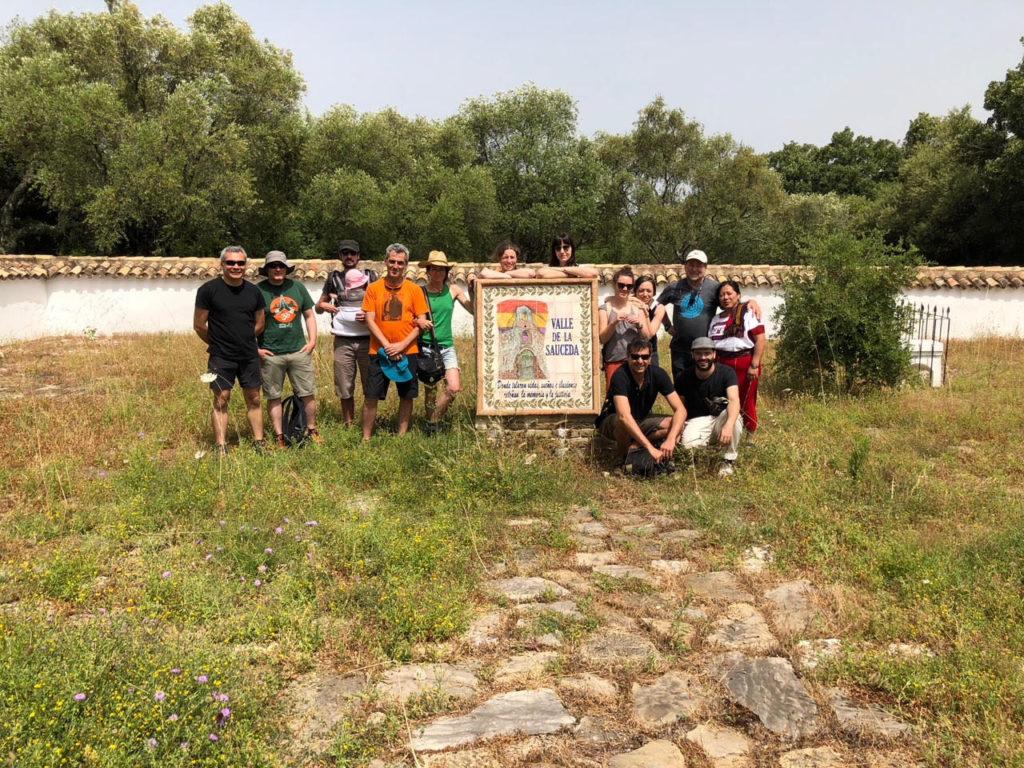 Participantes en el Encuentro de Memorias en Red, en el cementerio rehabilitado de la Sauceda.