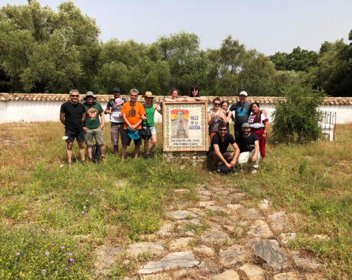 Participantes en el Encuentro de Memorias en Red, en el cementerio rehabilitado de la Sacueda.