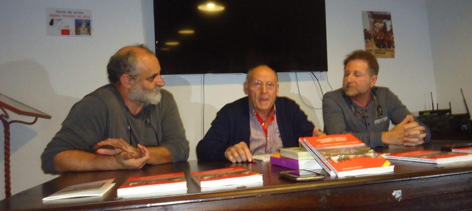 José Ortega, entre Andrés Rebolledo y Juan León Moriche.