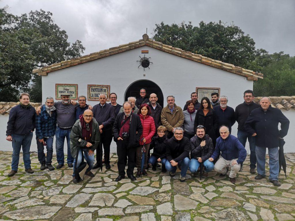 Participantes en el encuentro de historiadores, ante el panteón de la dignidad del cementerio rehabilitado de la Sauceda.