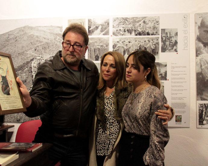 Andrés Rebolledo entrega un cuadro de recuerdo y homenaje a Carlos Perales, que recogen su viuda, Fini Gutiérrez, y su hija Irene.