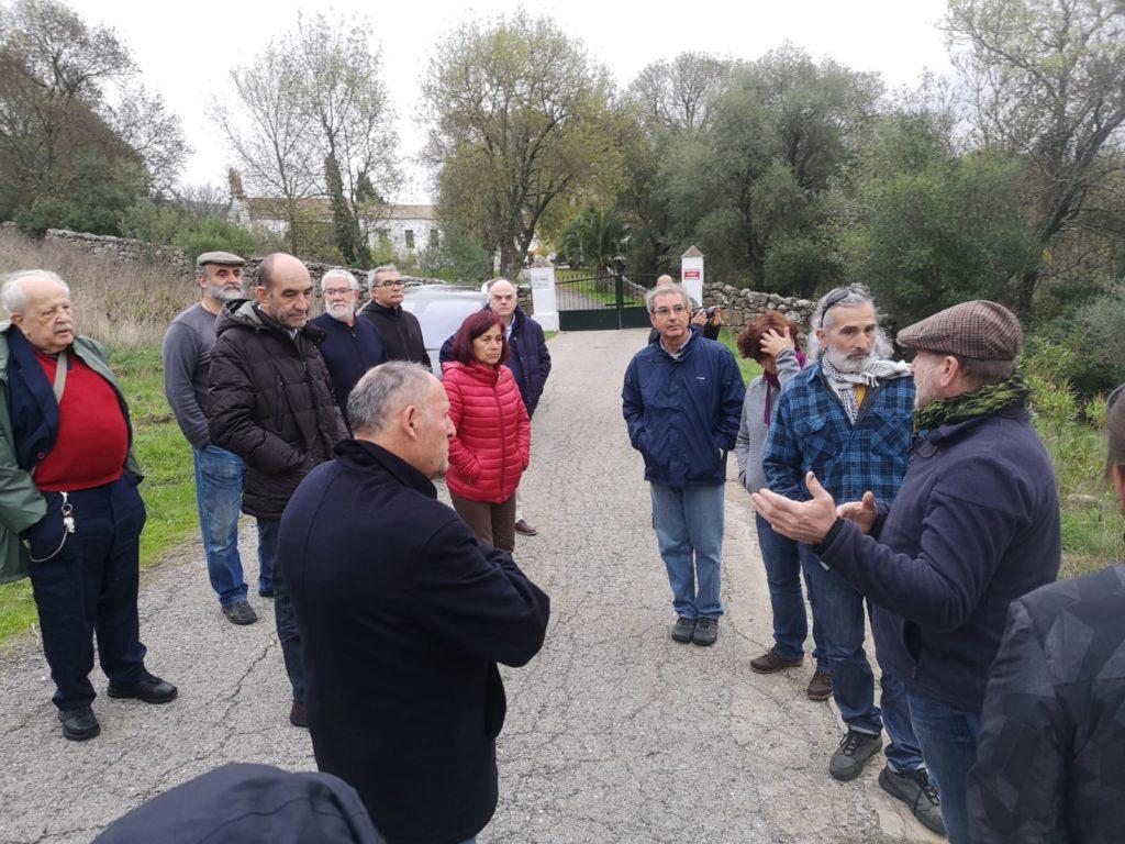Participantes en el encuentro de historiadores, en la entrada de la finca del Marrufo.
