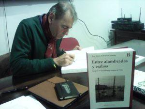Naharro-Calderón firma ejemplares de su libro.
