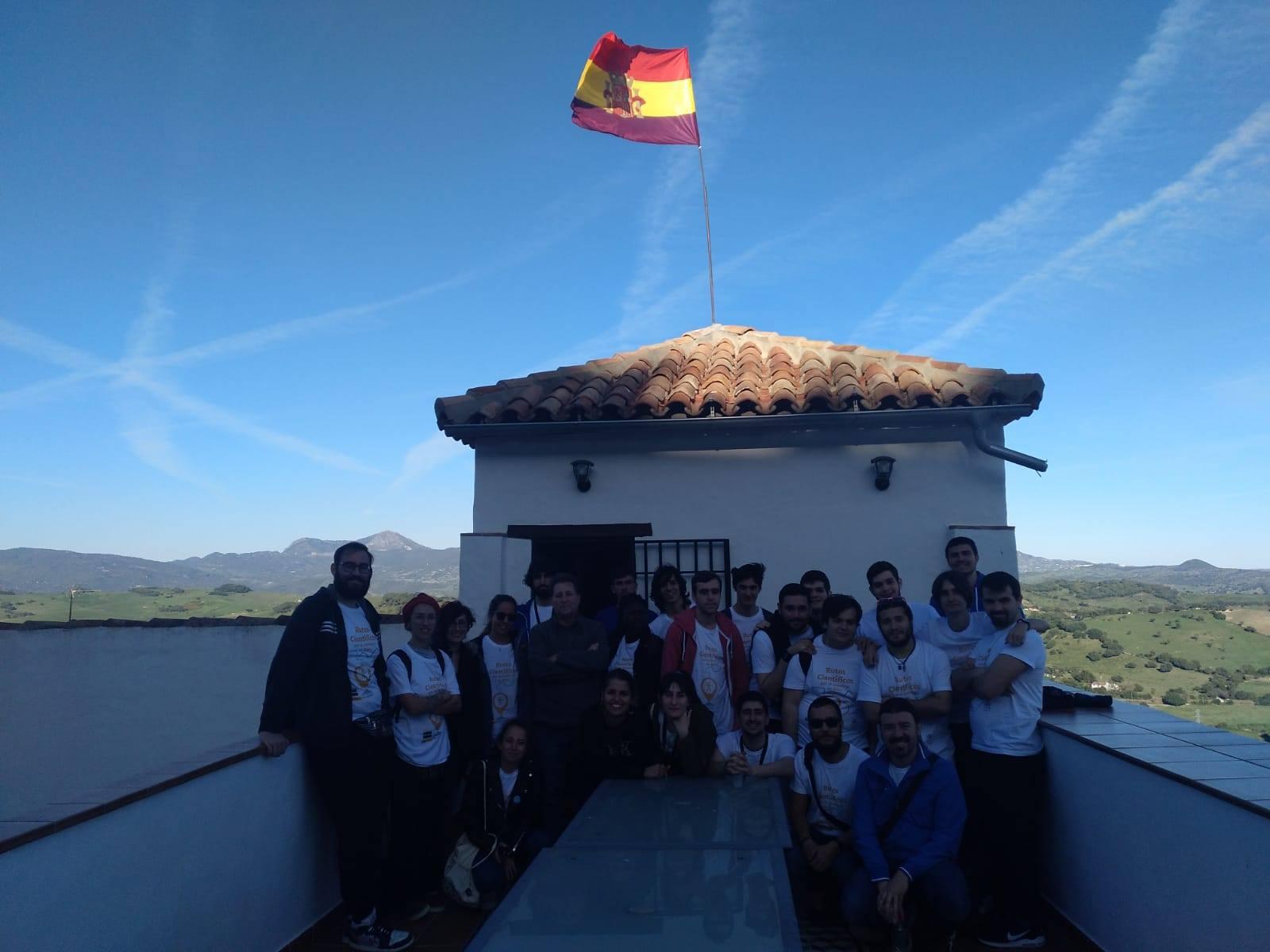 Participantes en la visita guiada posan en la azotea de la Casa de la Memoria.
