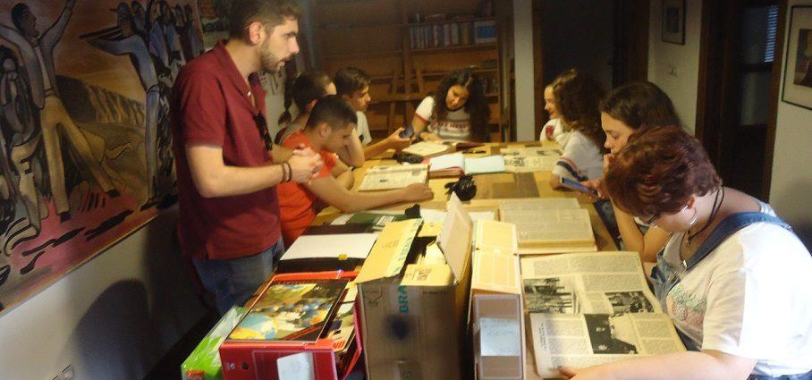 El profesor Fran Hidalgo, con sus alumnos en el taller de archivística.