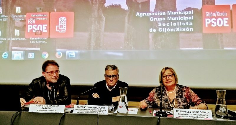 Andrés Rebolledo, en la mesa de exposición de comunicaciones.