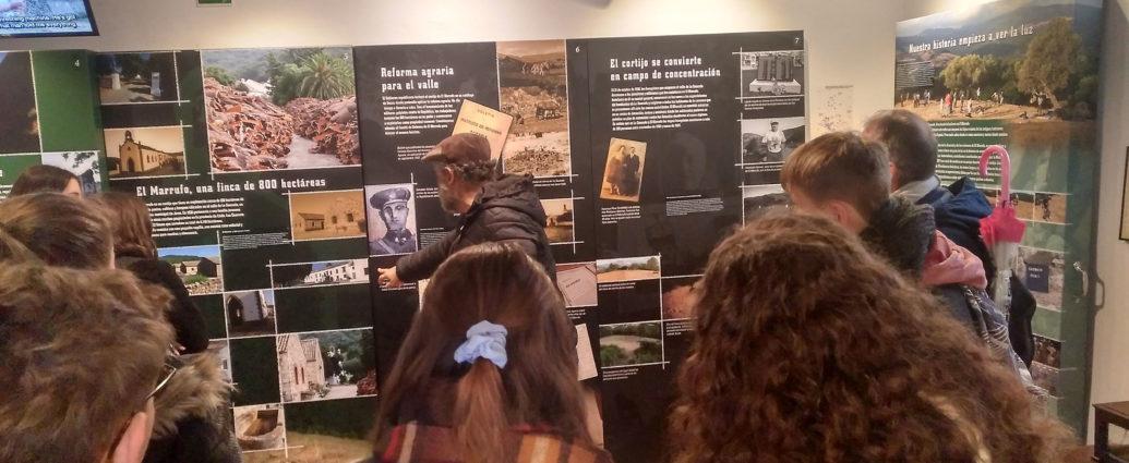 Juan León Moriche explica a los estudiantes las características de la Casa de la Memoria.