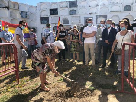 Ceremonia simbólica del inicio de la exhumación en Jimena.