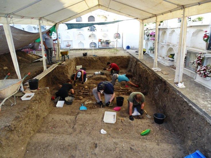 Trabajos de exhumación de fosas comunes en el cementerio de Jimena.