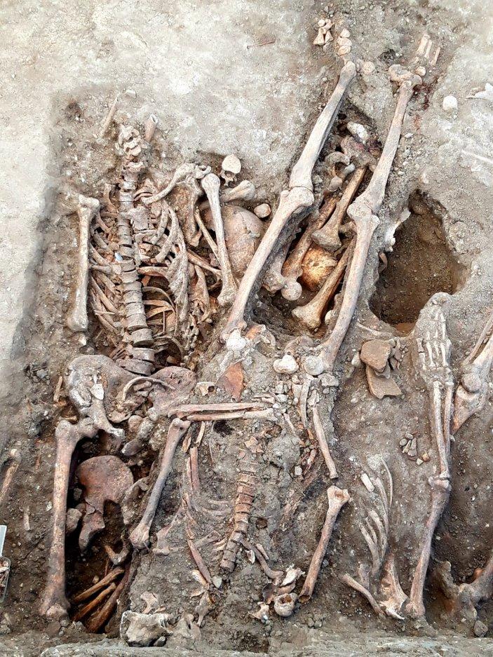 Restos humanos aparecidos durante la exhumación.