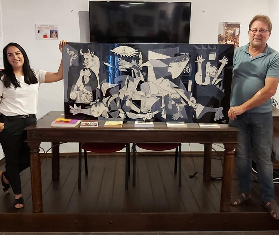 Antonia Talen entrega su obra sobre el Guernica a Andrés Rebolledo, en representación de la Casa de la Memoria.
