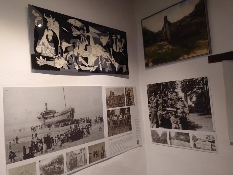 La obra de Antonia Talen sobre el Guernica, instalada en la sala de exposición sobre el exilio en la Casa de la Memoria.