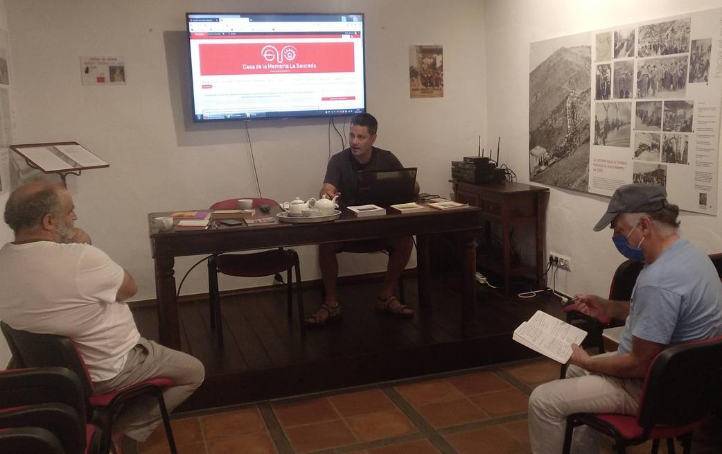 El webmáster Juan Carrasco presenta la nueva web a los editores Juan León Moriche y Fernando Sígler Silvera.