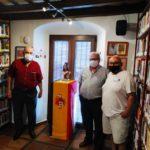 Los representantes de la asociación memorialista de Álora, en la Casa de la Memoria, con un directivo del Foro.
