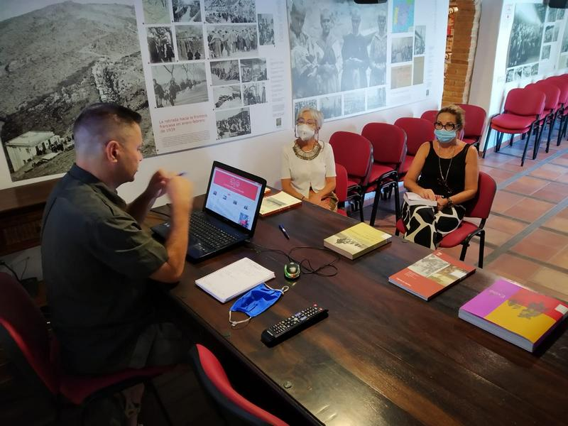 El webmáster Juan Carrasco presenta las características de la web a las editoras Malgara García Díaz y Elena Trujillo Petisme.