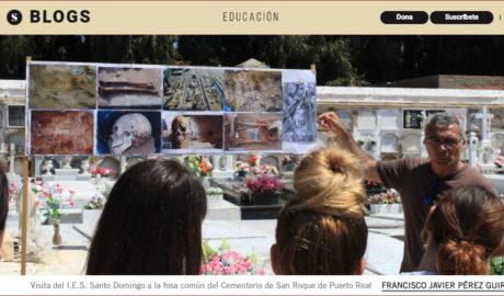 Francisco Javier Pérez Guirao, en una visita guiada a una fosa común, en una imagen que ilustra su artículo en El Salto.