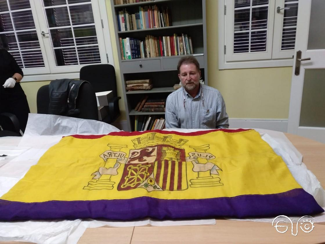 Andrés Rebolledo, ante la bandera tricolor del barco José Luis Díez, en The Gibraltar Museum.