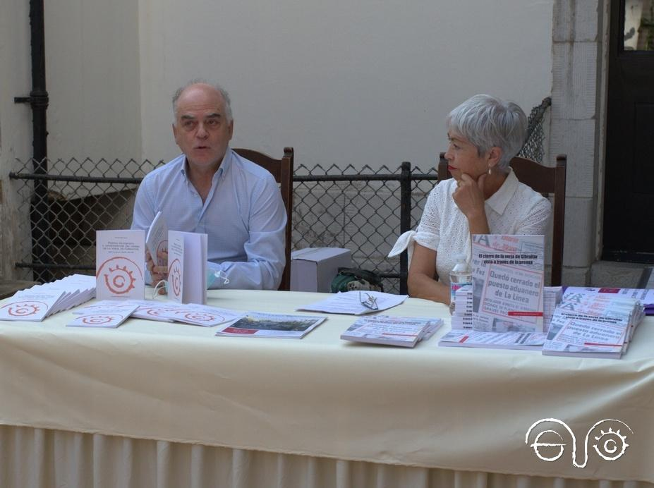 Fernando Sígler y Malgara García Díaz, en la presentación de sus obras en The Gibraltar Garrison Library.