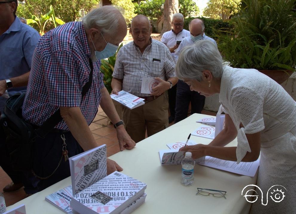 Malgara García Díaz firma ejemplares de su libro.