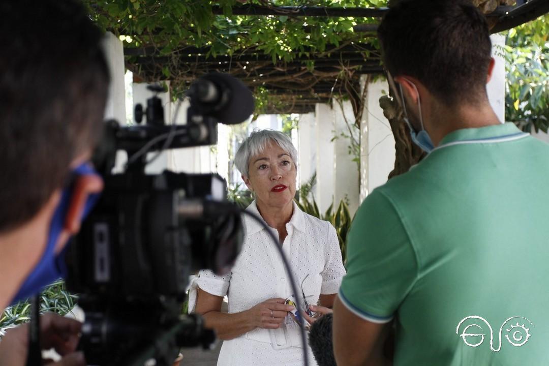 Malgara García Díaz atiende a los medios de comunicación.