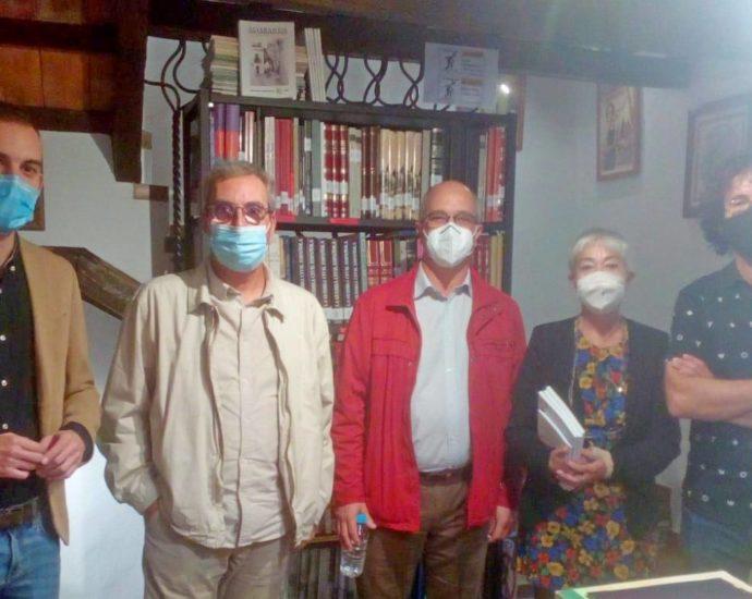 Daniel Moreno a la izquierda, Felipe Barbosa, Fernando Silva y miembros de la Asociación.