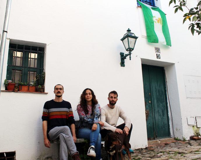 Los tres jóvenes, en la fachada de la casa de Castellar.
