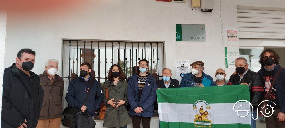 Apoyo a la familia que reclama recuperar la casa del castillo de Castellar, a las puertas del Juzgado de San Roque.
