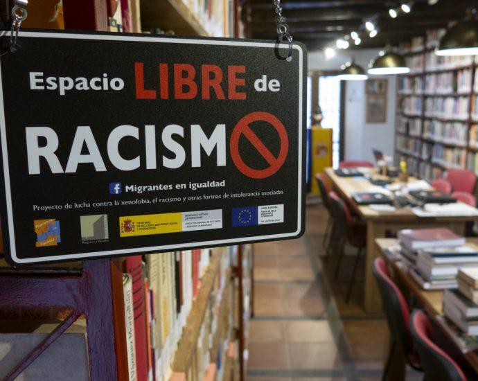 Cartel de la campaña en la biblioteca de la Casa de la Memoria