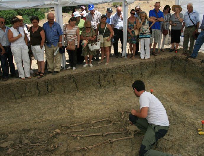 Exhumación de una fosa del Marrufo en 2012.