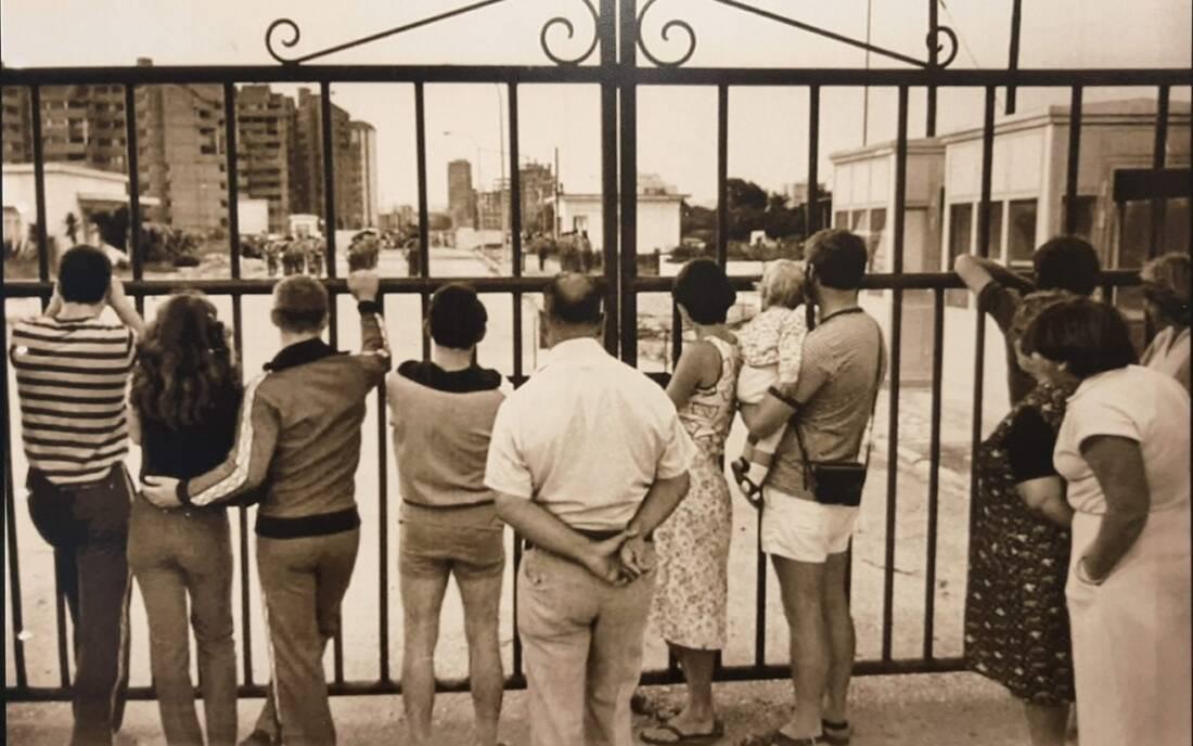 Un grupo de personas detrás de la Verja de Gibraltar cerrada.