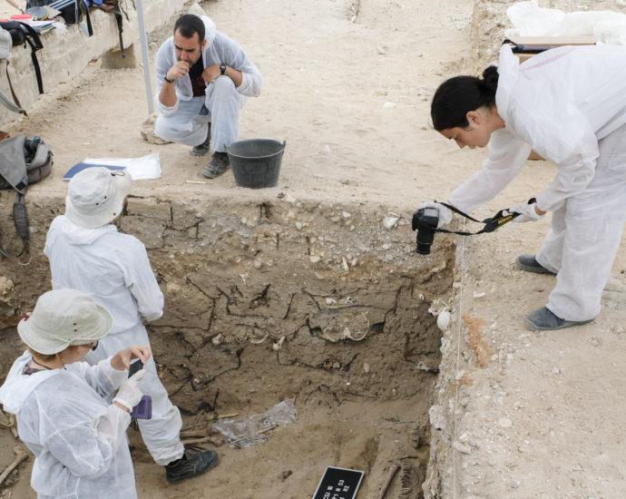 Exhumación de una fosa en el cementerio de San José de Cádiz.