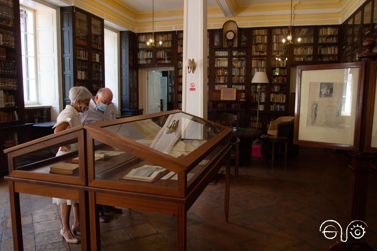 Miembros de la Asociación Casa de la Memoria, en una visita a la Gibraltar Garrison Library.