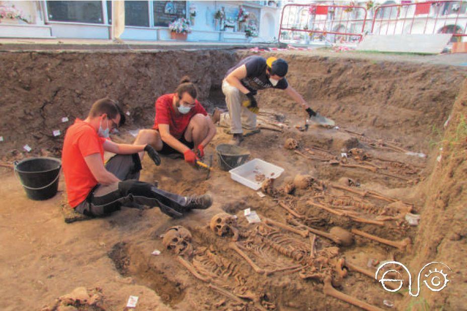 Exhumaciòn de una fosa en el cementerio de Jimena (Foto: Juan Carlos Bilbao).