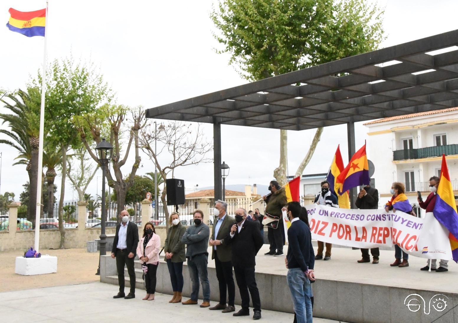 Representantes políticos y memorialísticos en la conmemoración de la República en San Roque.