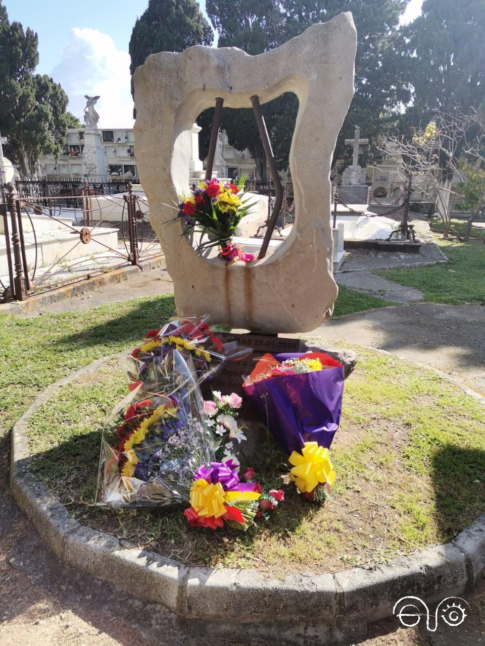 Flores en el monolito que recuerda a las víctimas en el cementerio de Algeciras. Sábado 17 de abril de 2021.