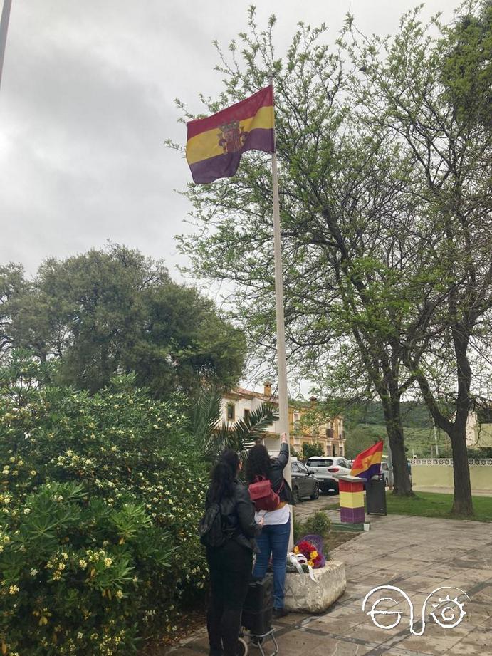 La bandera tricolor es izada en la plaza Blas Infante de Los Barrios. Miércoles 14 de abril de 2021.